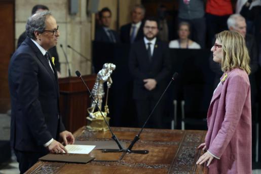 La nueva consellera de Presidencia, Elsa Artadi, promete su cargo ante el presidente de la Generalitat, Quim Torra, durante el acto de toma de posesion del nuevo Govern que se celebra hoy en el Palau de la Generalitat.