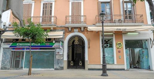 Dos de los ocho locales que se encuentran cerrados o en reformas en el paseo de Vara de Rey .