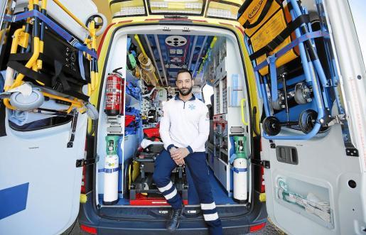 Ricard Peruga coge un avión de Barcelona para llegar a su puesto de trabajo en la base de Sant Antoni.