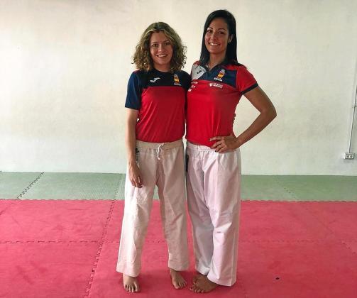 Cristina Ferrer, a la izquierda, y Cristina Vizcaíno posan antes del entrenamiento de ayer en el pabellón de Can Coix, en Sant Antoni.