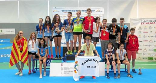 Una imagen de los medallistas del campeonato, con Marc Marín luciendo una bandera del Bádminton Ibiza.