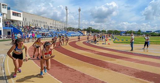 Los atletas se mojaron ayer en Can Misses y alguno acabó en el suelo al quedar la pista muy resbaladiza.