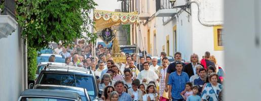 La procesión por las calles de Dalt Vila fue muy seguida por pequeños y mayores.