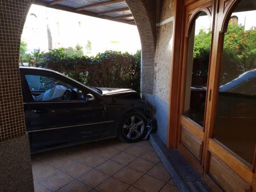Coche empotrado contra la entrada de un hotel de Sant Antoni