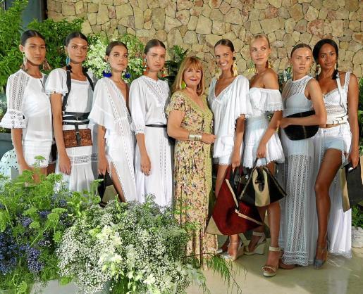 La diseñadora junto a algunas de las modelos participantes en el desfile.