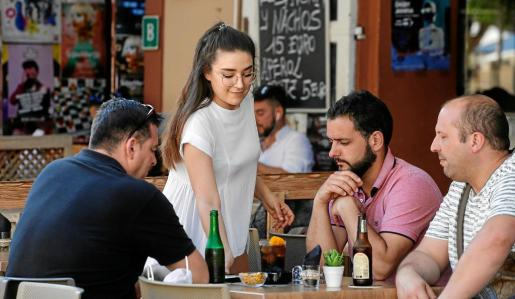 Una camarera atiende a los clientes de uno de los locales de la Plaza del Parque, una de las zonas más turísticas de Vila.