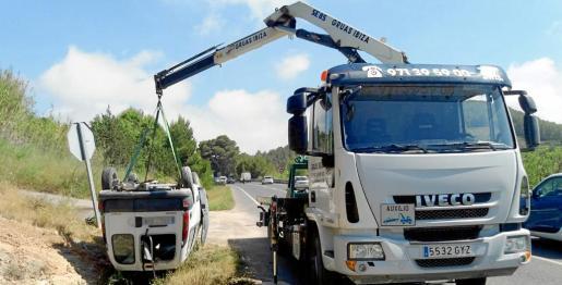 La imagen muestra la maniobra de retirada de la furgoneta que acabó volcada en la carretera entre Ibiza y Sant Josep.
