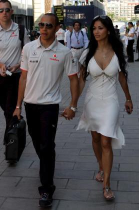 El piloto británico de Fórmula Uno Lewis Hamilton (i), de McLaren-Mercedes, y su novia, la cantante estadounidense Nicole Scherzinger.