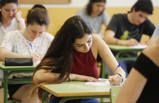 Estudiantes de Ibiza realizando el examen de Selectividad.