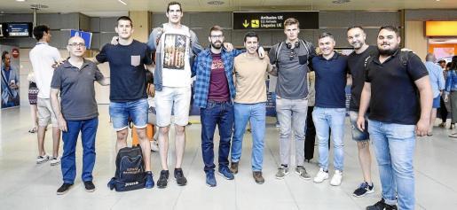 Varios jugadores y miembros del cuerpo técnico de la Roja posan juntos en el aeropuerto de Ibiza.