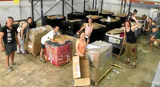 Imágenes de los voluntarios de SOS Refugiados preparando los envíos.