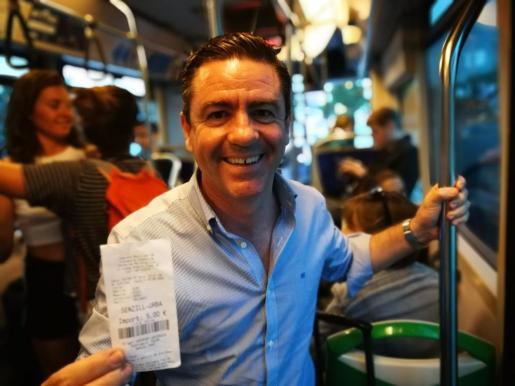 El diputado Miquel Jerez mostró en su Twitter que el tiquet de bus se sigue cobrando a los pitiusos a cinco euros.