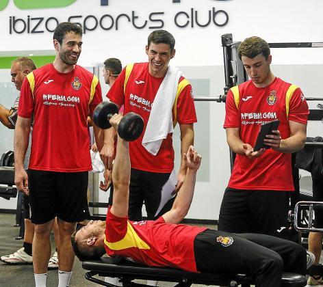 Los jugadores de la selección española de balonmano entrenaron ayer por la tarde en el Bfit.