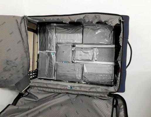 Imagen de los paquetes de cocaína localizados en el doble fondo.