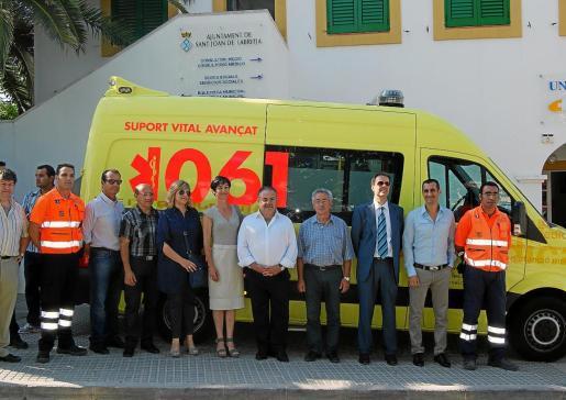 La presentación de la ambulancia de Sant Joan en 2012 contó con representación institucional.