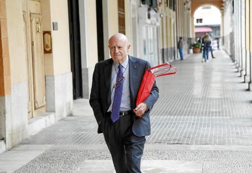 El empresario Abel Matutes se dirige al Parlament con una llamativa bolsa roja llena de documentos. La foto se tomó el día que compareció en la comisión de investigación sobre las carreteras de Eivissa. En esta ocasión ha enviado un escrito.