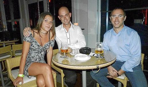 """Erika Simó, Joaquín Madroñal y Francisco Salvá, en la noche """"pop"""" de IO Lounge."""