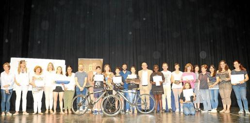 Foto de las autoridades presentes junto con los ganadores del concurso del Parlament en Can Ventosa.