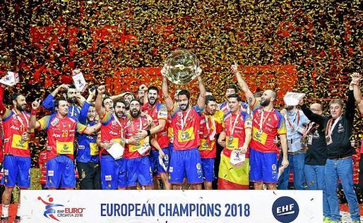 Los 'Hispanos' levantan el trofeo de campeones de Europa en el Arena de Zagreb.