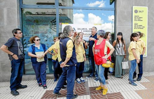 Algunos de los empleados de Correos de Eivissa que secundaron ayer la huelga.