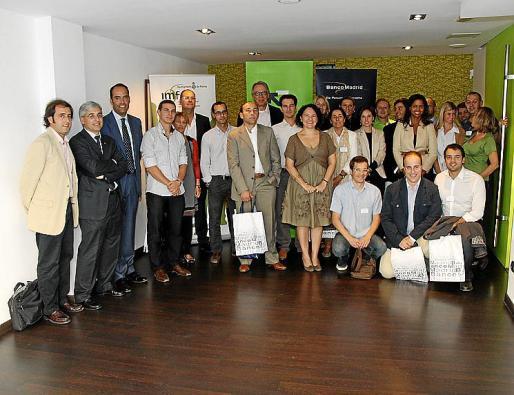 Àlvaro Middelmann e Irene Llull, junto a asociados de Joves Empresaris de Balears.