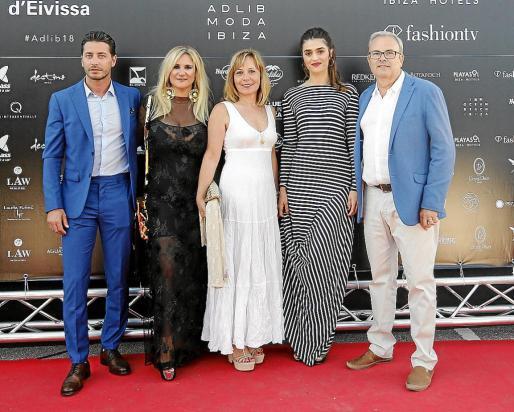 El presidente del Consell d'Eivissa, Vicent Torres, la consellera Marta Díaz, sus parejas y la actriz Olivia Molina.