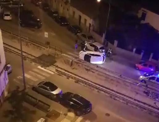 El vehículo quedó volcado en medio de la calle Concordia de Palma.