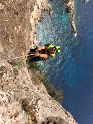 En el rescate han participado efectivos del grupo de rescate de la Guardia Civil (Greim), bomberos de Ibiza y un helicóptero.