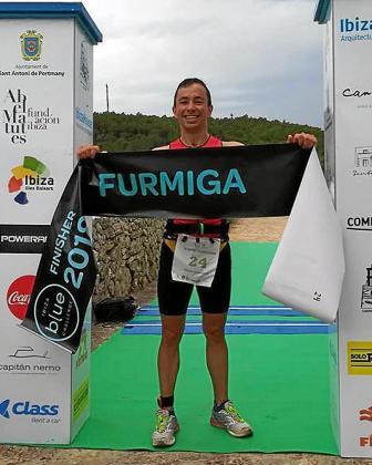 Vicent Roig posa después de proclamarse campeón absoluto del triatlón.
