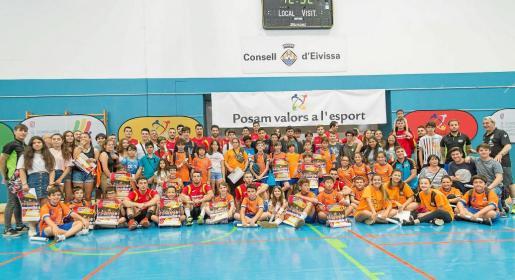 Los 'Hispanos' posan con los jugadores del HC Eivissa en el polideportivo de sa Blanca Dona.