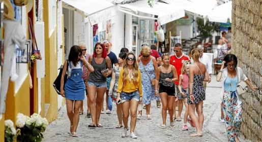 Un grupo de visitantes andando por las calles de Dalt Vila.