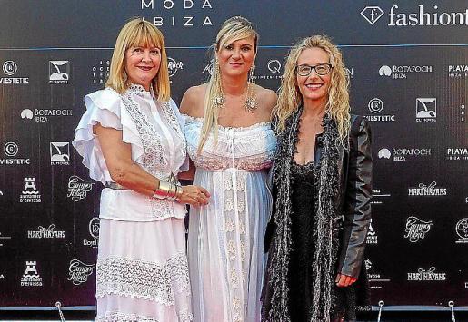 Charo Ruiz, Marta Díaz con un diseño de Ruiz y Helena Benlloch, regidora del Ayuntamiento de Sant Josep.