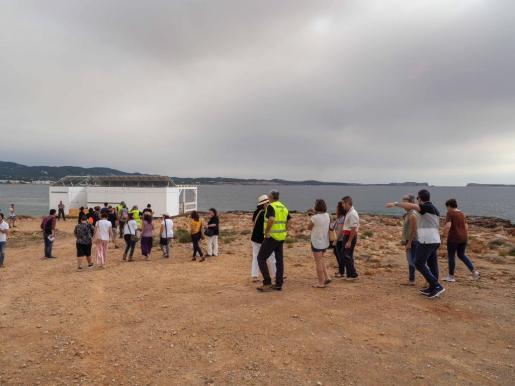 Una treintena de personas protestan contra el chiringuito de Cala Gració.