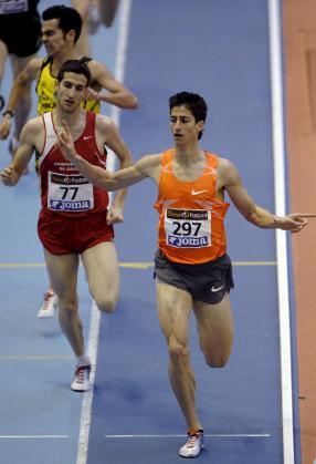 Los atletas Luis Alberto Marco (d) y David Bustos llegan a meta en primer y segundo puesto, respectivamente, en la prueba de 800 metros de los XLVI Campeonatos de España de Atletismo en Pista Cubierta que se disputan en el velódromo Luis Puig de Valencia.