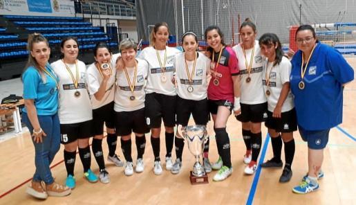 Las integrantes del Gasifred femenino posan con sus medallas y el trofeo de campeón.