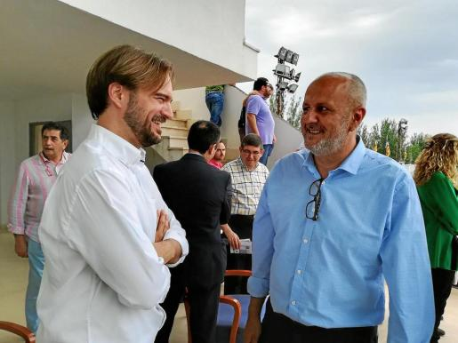 Después de comer en Sóller, el presidente del Consell se fue a Manacor. En la imagen, Miquel Ensenyat aparece a su llegada al hipódromo, donde se celebraba el Gran Premio de trote, conversando con el gerente del Institut Hípic, Jaume Albert Ramis (izquierda).