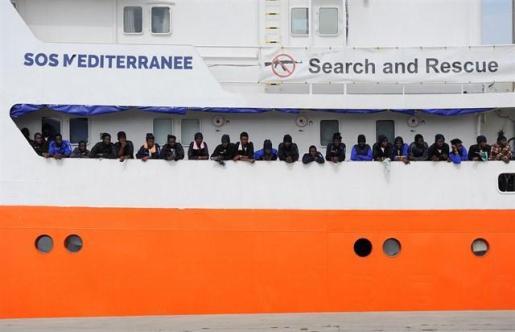 """ACNUR insta a permitir el desembarco """"seguro y rápido"""" de los inmigrantes del barco 'Aquarius'."""