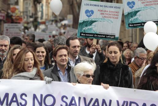 """Bauzá detrás de Campos en la marcha de febrero en Palma contra la """"imposición"""" del catalán."""