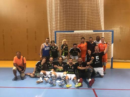 El Ibiza Futsal celebra el ascenso con varios aficionados.