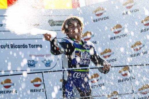 Imagen del piloto celebrando una victoria.