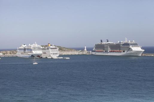 Imagen de archivo de tres cruceros en el puerto de Ibiza.