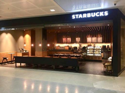 Imagen de la cafetería Sturbucks en el aeropuerto de Ibiza.
