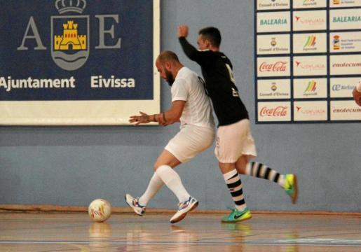 David Pérez protege el balón ante la presión de Fran Heredia durante el partido de la primera vuelta entre el Ibiza Futsal y el Racing Formentera.