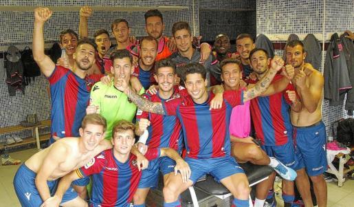 Los jugadores del Levante B celebran la clasificación para la tercera ronda tras ganar al Racing Villalbés el pasado fin de semana.