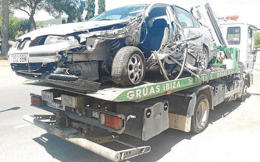El conductor del Seat Toledo fue el que se llevó la peor parte al recibir el impacto.