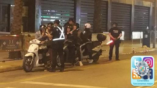 Un dispositivo policial en Platja d'en Bossa se salda con una docena de denuncias
