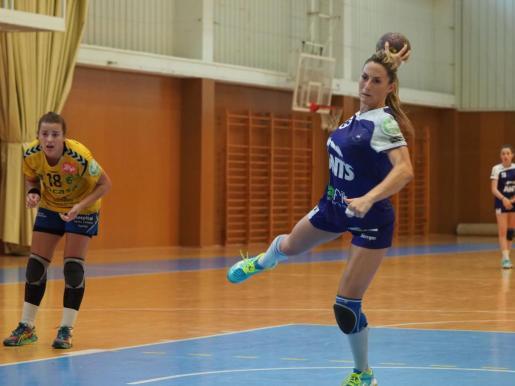 Ana Ferrer se dispone a lanzar un penalti durante un partido del Puchi.