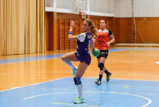 Ana Ferrer, a punto de ejecutar un penalti durante un partido del Puchi