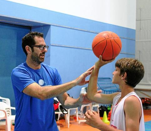 Paco Vázquez, a la izquierda, instruye a un joven durante una edición de su campus, en el pabellón de sa Blanca Dona.