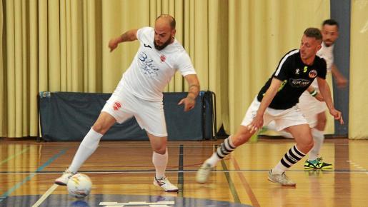 David Pérez controla el balón ante la mirada de Yuyu durante el primer partido entre el Ibiza Futsal y el Racing.
